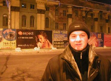Первая наружка веб-студии на заборе заброшенного тогда еще Театра драмы им Кольцова - 02.2002 г