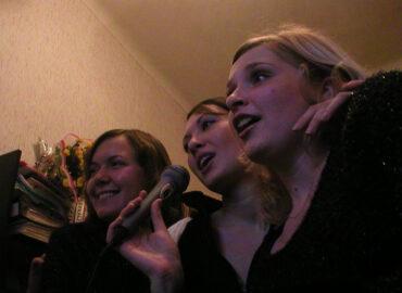 Любимое корпоративное развлечение 2000-ых - поем - караоке в офисе, 2004